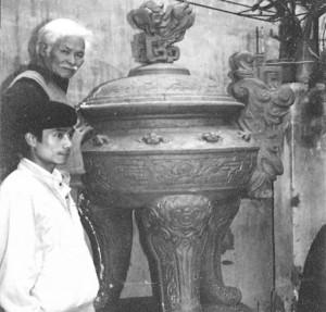 Tác giả (trước, trái) khảo sát nguyên mẫu đỉnh bằng đất sét tại nhà cụ Đăng Cẩn (sau, trái)