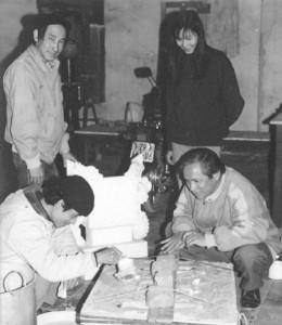 Chế tạo mẫu sáp lư hương tại xưởng Bộ môn Kỹ thuật đúc, trường ĐHBK Hà Nội;PGS Lộc (đứng, trái) cùng các cộng sự Lựa(ngồi, phải) và Phương (ngồi, trái)