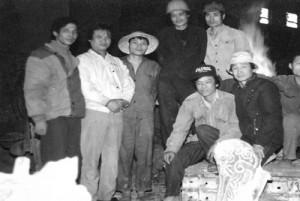 PGS Lộc (ngồi giữa) cùng các cán bộ kỹ thuật và công nhân tại phân xưởng Đúc gang chờ rót hợp kim đồng vào khuôn cát-sét tươi