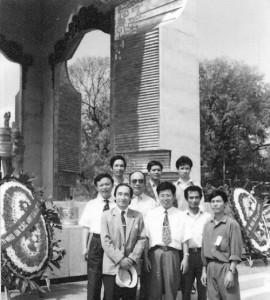 Chụp ảnh bên Đài tưởng niệmHàng đầu từ trái: PGS Lộc, Phó GĐ SoạnHàng hai từ phải: tác giả, GS Thái (đeo kính)cùng một số cán bộ kỹ thuật và công nhân nhà máy